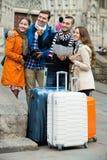 Группа в составе друзья проверяя направление Стоковые Фото