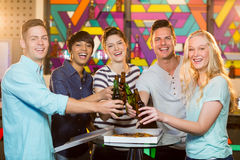 Группа в составе друзья провозглашать бутылка пива Стоковые Изображения
