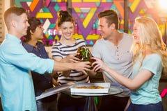 Группа в составе друзья провозглашать бутылка пива Стоковая Фотография