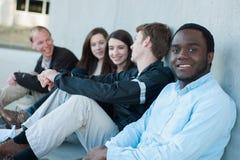 Группа в составе друзья снаружи на кампусе Стоковые Изображения RF