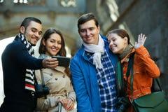 Группа в составе друзья снимая взаимный портрет на сотовом телефоне Стоковое фото RF
