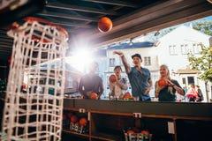Группа в составе друзья снимая обручи на ярмарке Стоковая Фотография RF