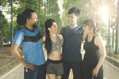 Группа в составе друзья стоя в парке Стоковая Фотография
