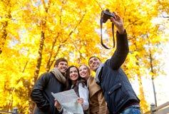 Группа в составе друзья с картой outdoors стоковое изображение rf