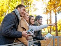 Группа в составе друзья с картой outdoors Стоковые Фото