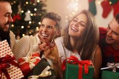 Группа в составе друзья с подарками на рождество Стоковое Изображение RF