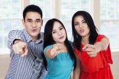 Группа в составе друзья указывая на вас Стоковое фото RF