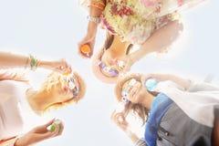 Группа в составе друзья дуя пузыри мыла Стоковая Фотография