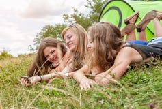 Группа в составе друзья outdoors с умным телефоном Стоковое фото RF