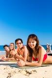 Друзья на каникуле пляжа в лете Стоковые Изображения RF