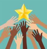 Группа в составе рука разнообразия достигая для звезд, метафоры успеха Стоковое Изображение RF