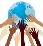 Группа в составе рука разнообразия достигая для земли, глобуса, единства Стоковое Изображение RF