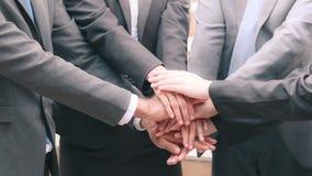 Группа в составе руки дела успех и выигрывать совместно стоковое изображение