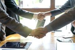 Группа в составе рукопожатие двойника бизнесмена стоковое фото