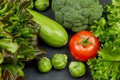 Группа в составе свежие овощи и конец-вверх салата взгляд сверху свежие овощи комплекта здоровые, натуральные продучты стоковая фотография rf