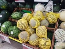 Группа в составе свежие органические зеленые дыни канталупы и большой шарик с Стоковые Фото
