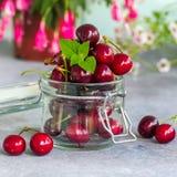 Группа в составе свежие сочные сладостные вишни в стеклянном опарнике органическое еды естественное Стоковые Фото