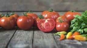 Группа в составе свежие томаты, перцы чилей и петрушка на старом woode Стоковые Изображения RF