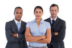 Группа в составе серьезные бизнесмены стоя совместно Стоковые Изображения