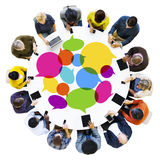 Группа в составе сеть разнообразных людей социальная с приборами цифров стоковая фотография rf