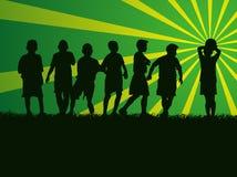 Группа в составе силуэта дети играя футбол Стоковые Фото