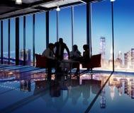 Группа в составе силуэта бизнесмены встречать Стоковая Фотография RF