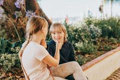 Группа в составе 2 смешных дет играя совместно снаружи Стоковая Фотография