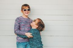 Группа в составе 2 смешных дет играя совместно снаружи Стоковые Изображения