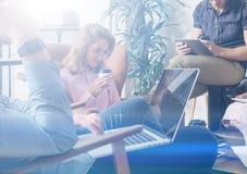 Группа в составе современные молодые бизнесмены собирая совместно и обсуждая новый проект Команда сотрудников на конференц-зале Стоковое Фото