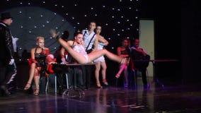 Группа в составе современные танцоры выполняя на этапе