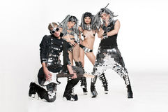 Группа в составе современные танцоры танцуя на студии стоковые изображения