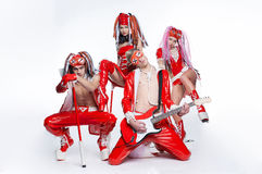 Группа в составе современные танцоры танцуя на студии стоковое фото