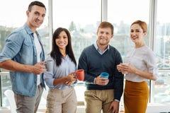 Группа в составе 4 сотрудника тот представлять на камере Стоковые Фото