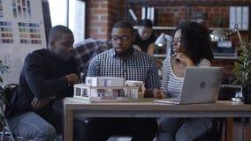 Группа в составе сотрудники с проектом дома Стоковое Изображение RF