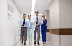 Группа в составе сотрудник военно-медицинской службы идя вдоль больницы Стоковое Изображение