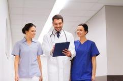 Группа в составе сотрудник военно-медицинской службы на больнице с доской сзажимом для бумаги Стоковые Фото