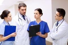 Группа в составе сотрудник военно-медицинской службы на больнице с доской сзажимом для бумаги Стоковое Изображение