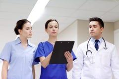 Группа в составе сотрудник военно-медицинской службы на больнице с доской сзажимом для бумаги Стоковые Изображения RF