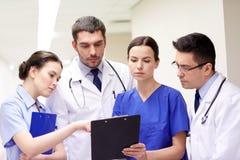 Группа в составе сотрудник военно-медицинской службы на больнице с доской сзажимом для бумаги Стоковое фото RF