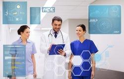 Группа в составе сотрудник военно-медицинской службы на больнице с доской сзажимом для бумаги Стоковая Фотография