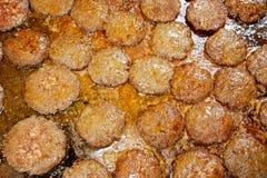 Группа в составе сочная выпечка пирожка гамбургеров оленей на горячей железной плите Стоковое фото RF