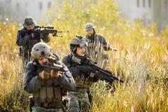 Группа в составе солдаты приниматься зону исследования стоковые фото