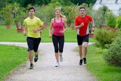 Группа в составе спортсмены jogging Стоковая Фотография RF