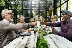 Группа в составе старшая встреча выхода на пенсию вверх по концепции счастья Стоковые Фотографии RF