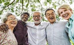 Группа в составе старшая встреча обсуждения выхода на пенсию вверх по концепции Стоковые Изображения
