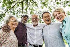 Группа в составе старшая встреча обсуждения выхода на пенсию вверх по концепции стоковые изображения rf