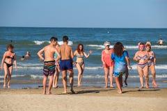 Группа в составе старшие люди танцуя на день лета солнечный на пляже стоковые изображения
