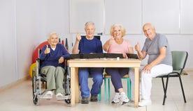 Группа в составе старшие люди держа большие пальцы руки вверх Стоковые Фотографии RF