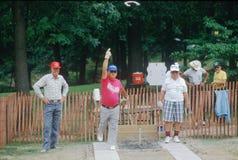 Группа в составе старшии играя игру подковы стоковое фото rf