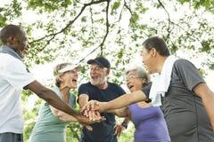 Группа в составе старший выход на пенсию работая концепцию единения Стоковые Изображения